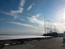 Nuvens no céu azul com lago congelado Breakwall Fotos de Stock