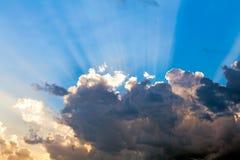 Nuvens no céu azul e nos raios de Sun Foto de Stock