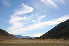 Nuvens no céu azul, passagem de Arthur, Nova Zelândia foto de stock royalty free
