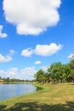 Nuvens no céu azul sobre no parque fotografia de stock royalty free
