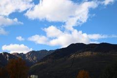 Nuvens no céu e na montanha em switzerland Fotos de Stock Royalty Free