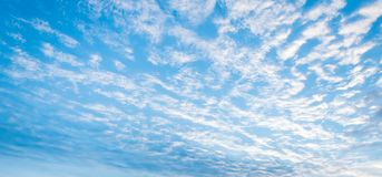 Nuvens no céu no por do sol imagens de stock