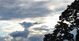 Nuvens no céu que faz um skyscape bonito em Uttarkashi Imagem de Stock