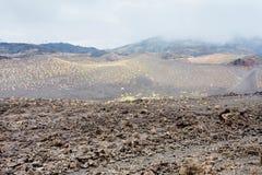 Nuvens no campo de lava endurecido em Monte Etna fotos de stock
