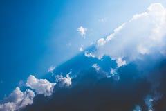 Nuvens no contraste dramático do céu com contraste branco e azul fotos de stock royalty free