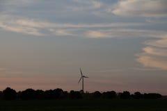 Nuvens no crepúsculo com um moinho de vento Fotografia de Stock