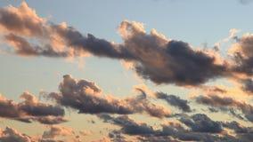 Nuvens no flutuador do por do sol no céu