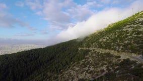 Nuvens no lado da montanha video estoque