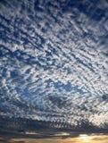 Nuvens no por do sol azul Foto de Stock