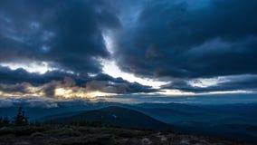 Nuvens no por do sol e no começo da noite nas montanhas vídeos de arquivo