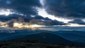 Nuvens no por do sol e no começo da noite nas montanhas video estoque
