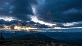 Nuvens no por do sol e no começo da noite nas montanhas filme