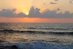 Nuvens no por do sol no mar imagens de stock royalty free
