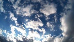 Nuvens no timelapse do céu azul vídeos de arquivo