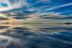 Nuvens no Uyuni Saltflats imagens de stock
