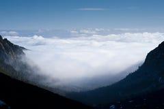 Nuvens no vale Fotografia de Stock