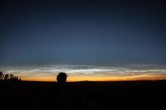 Nuvens Noctilucent Fenômeno atmosférico Nuvens mesospheric de brilho no crepúsculo foto de stock royalty free