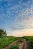 Nuvens nos céus acima da estrada fotos de stock royalty free