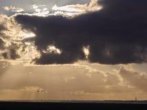 Nuvens, pássaros e um farol Fotos de Stock Royalty Free
