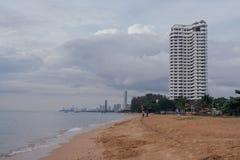 Nuvens pesadas em uma praia Imagens de Stock