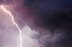 Nuvens pesadas que trazem o trovão, os relâmpagos e a tempestade imagens de stock royalty free