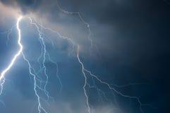 Nuvens pesadas que trazem relâmpagos e tempestade do trovão fotos de stock royalty free