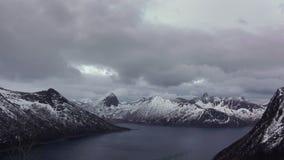 Nuvens pesadas sobre o fiorde do inverno Movimento rápido video estoque