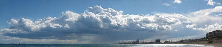 Nuvens pesadas sobre o mar Imagem de Stock