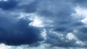 Nuvens ?picos escuras video estoque