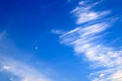 Nuvens pitorescas bonitas da pena branca contra o céu azul com uma lua nova, fundo romântico mágico fotografia de stock