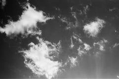 Nuvens preto e branco imagens de stock