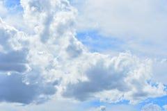 Nuvens, princípio da tarde Sun que brilha com as camadas imagens de stock royalty free