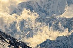 Nuvens que aumentam nas montanhas em uma luz suave maravilhosa Foto de Stock Royalty Free