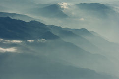 Nuvens que cobrem as montanhas de Corfu Imagens de Stock