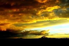 Nuvens que constroem no por do sol Fotos de Stock Royalty Free