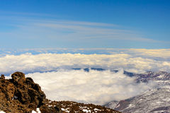 Nuvens que enchem-se acima da cratera do vulcano Imagens de Stock