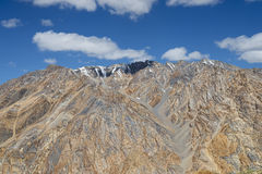 Nuvens que fazem a sombra em montanhas rochosas grandes Fotos de Stock