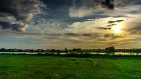 Nuvens que fluem no céu no por do sol sobre o Vistula River video estoque