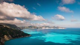 Nuvens que fluem sobre o litoral rochoso pitoresco na ilha de Kefalonia Metragem de surpresa com cloudscape e sombras no mar filme