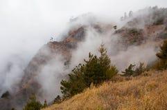 Nuvens que flutuam através dos cumes Foto de Stock Royalty Free