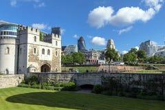 Nuvens que flutuam sobre a cidade de Londres com uma construção do pepino (30 St Mary Axe) Fotografia de Stock Royalty Free