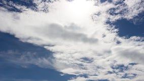 Nuvens que movem o céu rápido e azul video estoque