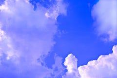 Nuvens que movem-se com uma parte dianteira Foto de Stock Royalty Free