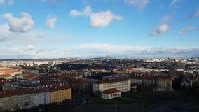 Nuvens que movem-se na alta velocidade acima de Praga video estoque