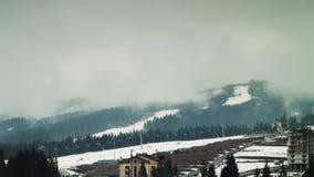 Nuvens que movem-se sobre as montanhas Estância de esqui Tempo video estoque