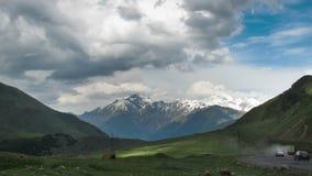 Nuvens que movem-se sobre as montanhas Georgian Cinemagraph Montagem Kazbek Lapso de tempo video estoque
