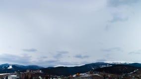 Nuvens que movem-se sobre as montanhas Lapso de tempo vídeos de arquivo