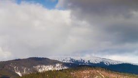 Nuvens que movem-se sobre as montanhas Lapso de tempo filme