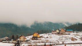 Nuvens que movem-se sobre as montanhas Lapso de tempo video estoque