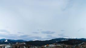 Nuvens que movem-se sobre as montanhas Lapso de tempo 4K vídeos de arquivo